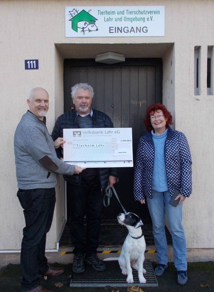 Spendenübergabe von Familie Weber an Tierheim-Vorstand und Lotta