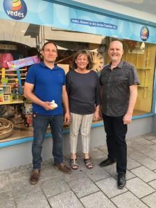 Sven Rothmann, Christa Metzger und Martin Spirgatis bei der Spendenübergabe