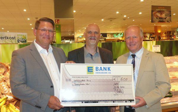 Übergabe des Spendenscheck im Arena-Einkaufspark (v.l.n.r: Uwe Kohler / EDEKA, Martin Spirgatis / Tierheim, Peter Weiß / MdB)