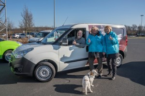 Die beiden Vizepräsidentinnen des Deutschen Tierschutzbundes übergeben den Tierhilfewagen an den Vorstand des Tierheims Lahr