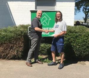 Firmenchef Jürgen Klähr überreicht die Spende an das Tierheim Lahr